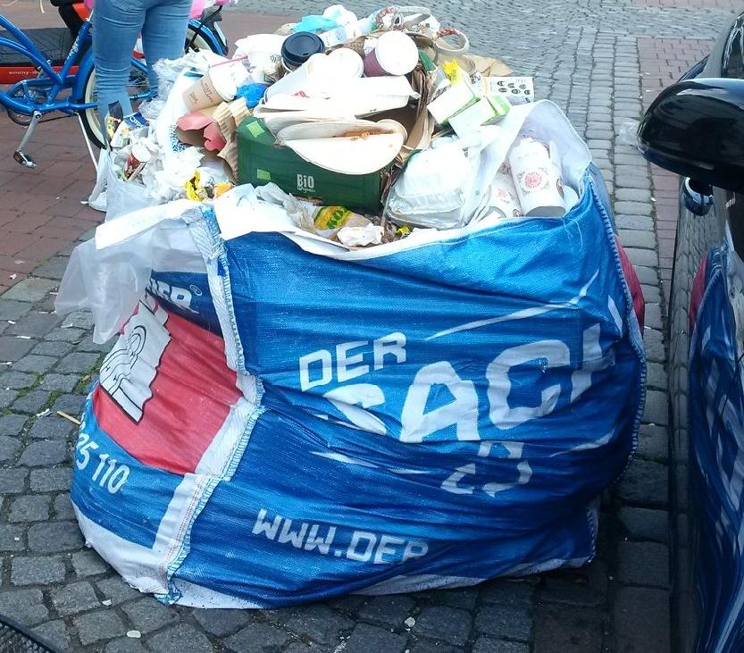 """Mit Müll gefüllte """"Big-Bags"""". Sie stehen schon seit Monaten am Bahnhof."""