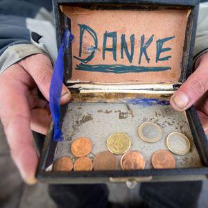 Ein Mann bettelt auf der Straße um Geld (Symbolbild).