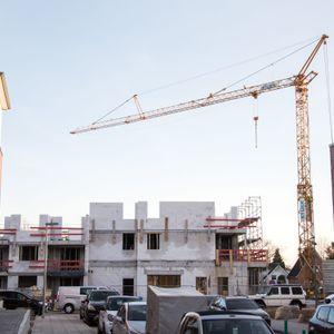 Ein Krahn steht in einem Hamburger Neubaugebiet.