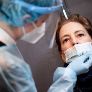 Eine Frau lässt sich in einem Schnelltestzentrum auf das Coronavirus testen (Symbolbild).