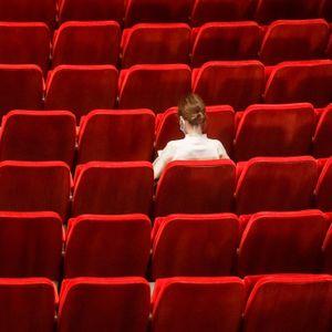 Besucherin in der leeren Staatsoper Hamburg