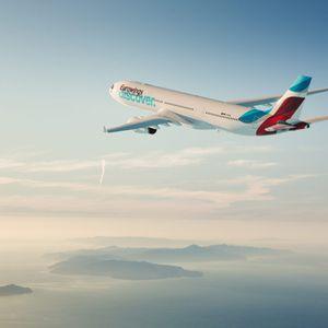 """Ein Flugzeug der neuen Lufthansa-Airline """"Eurowings Discover"""" fliegt"""