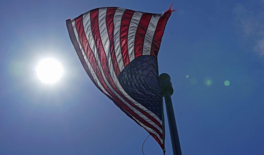 Eine Flagge der Vereinigten Staaten weht im Wind
