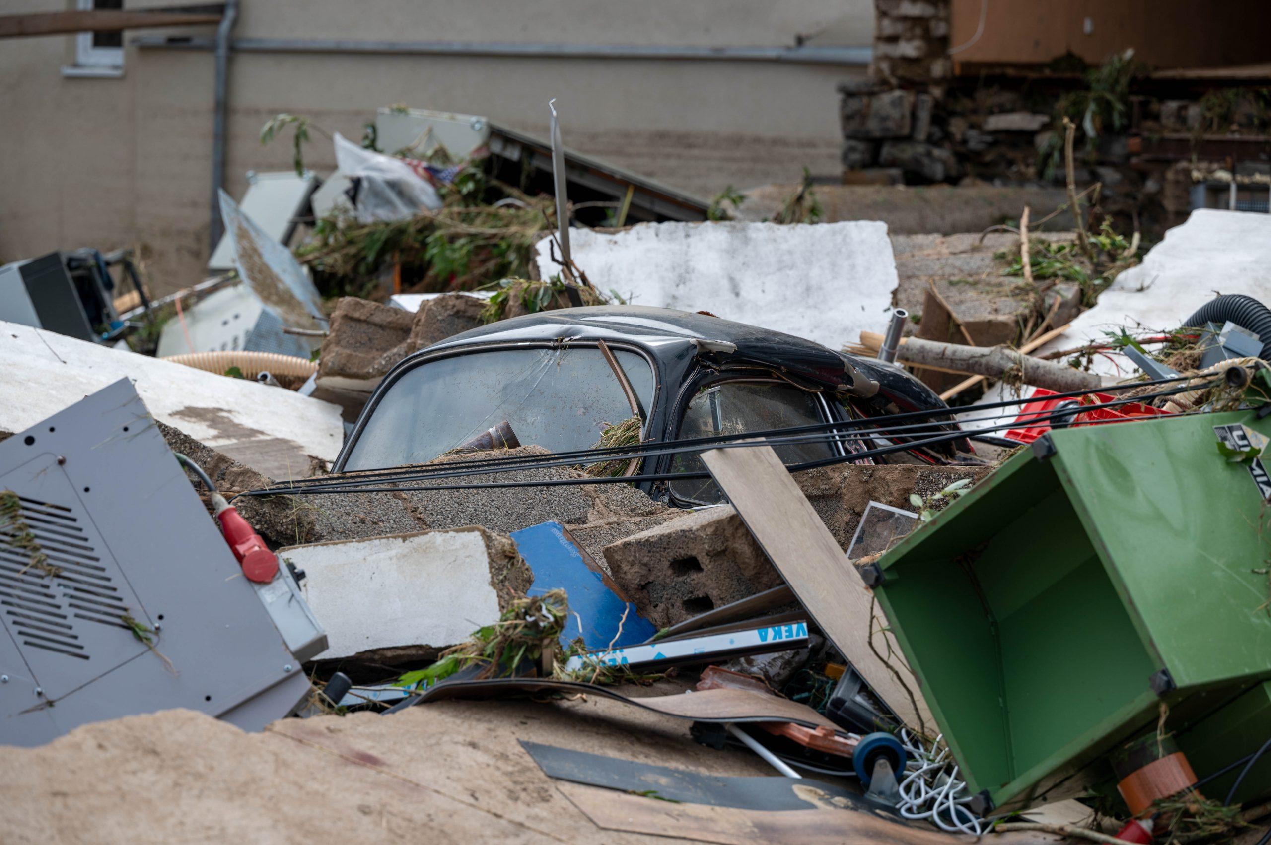 Das Dach eines zerstörten VW Käfer ragt in dem Ort im Kreis Ahrweiler nach dem Unwetter mit Hochwasser aus dem Schutt heraus