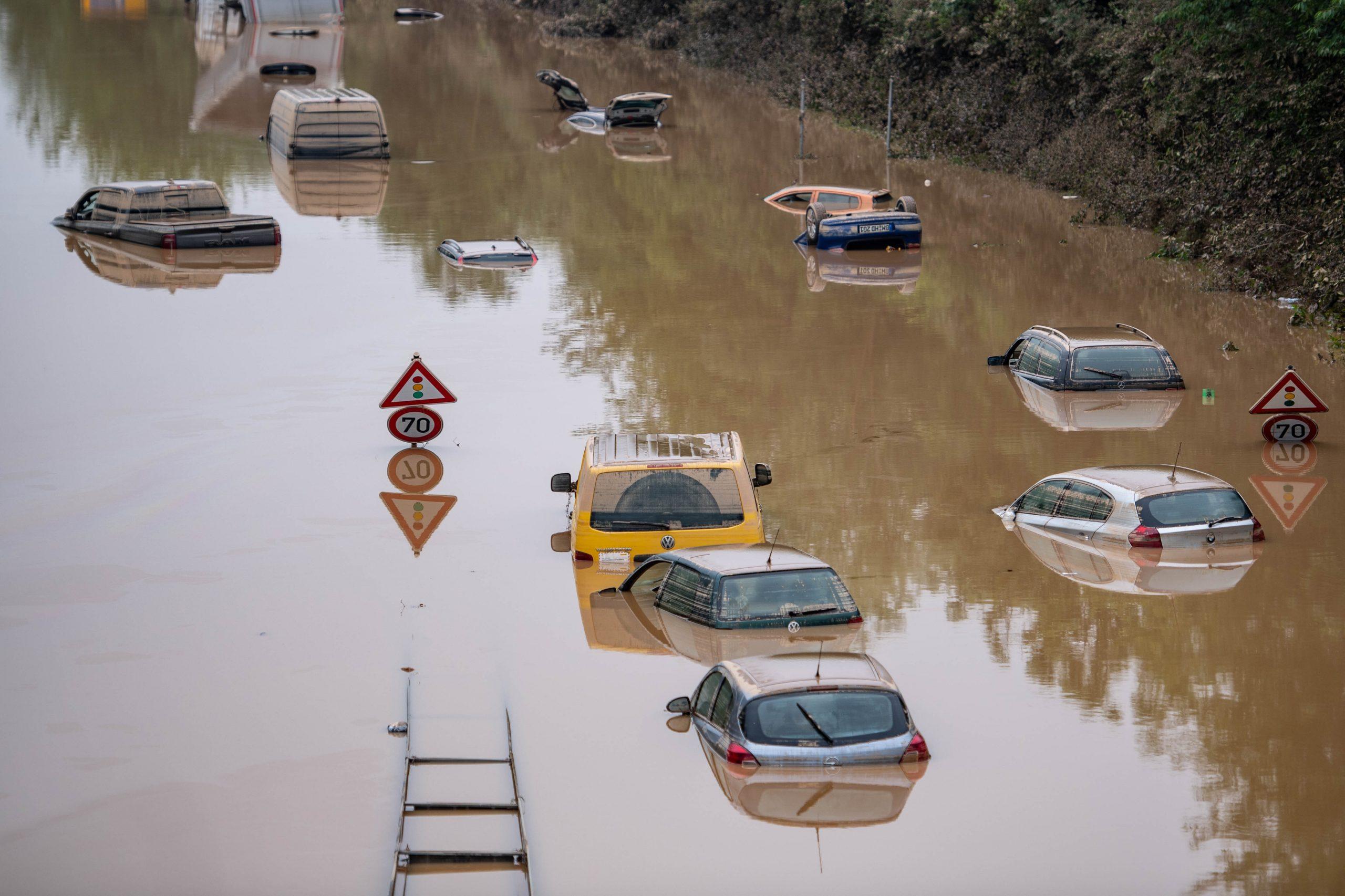 Autos stehen auf der überfluteten Bundesstraße 265 im Wasser. Es ist unklar, ob alle Insassen es rechtzeitig raus geschafft haben.