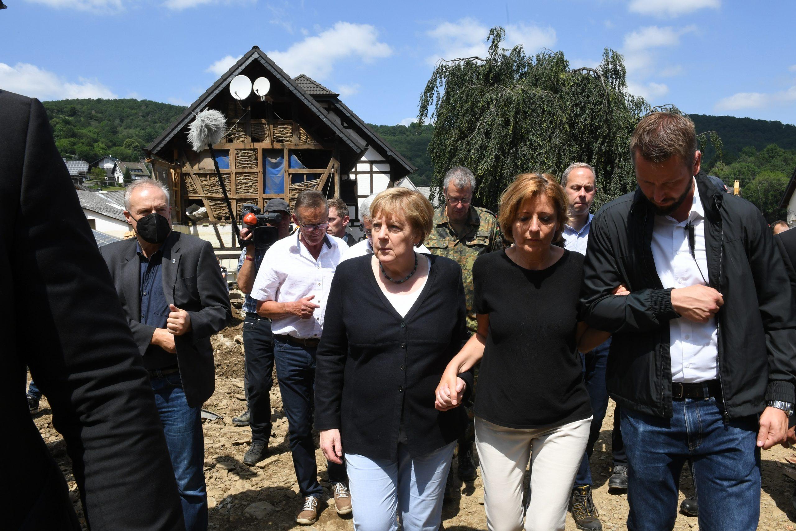 Bundeskanzlerin Angela Merkel (3.v.r.) und Malu Dreyer (2.v.r,SPD), Ministerpräsidentin von Rheinland-Pfalz, gehen durch das vom Hochwasser verwüstete Dorf Schuld in der Nähe von Bad Neuenahr-Ahrweiler