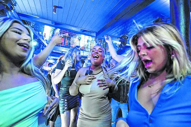 Frauen tanzen in der Bar Fibre.