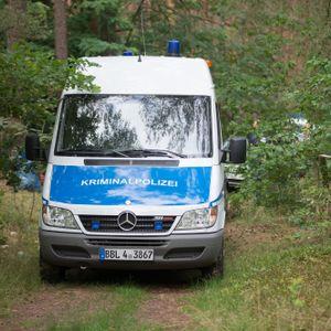 Ein Wagen der Kriminalpolizei steht in dem Waldstück bei Oranienburg.