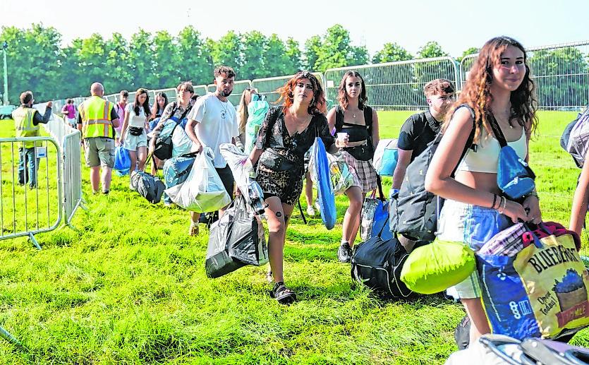 Festivalbesucher kommen beim Latitude Festival in Henham Park an.