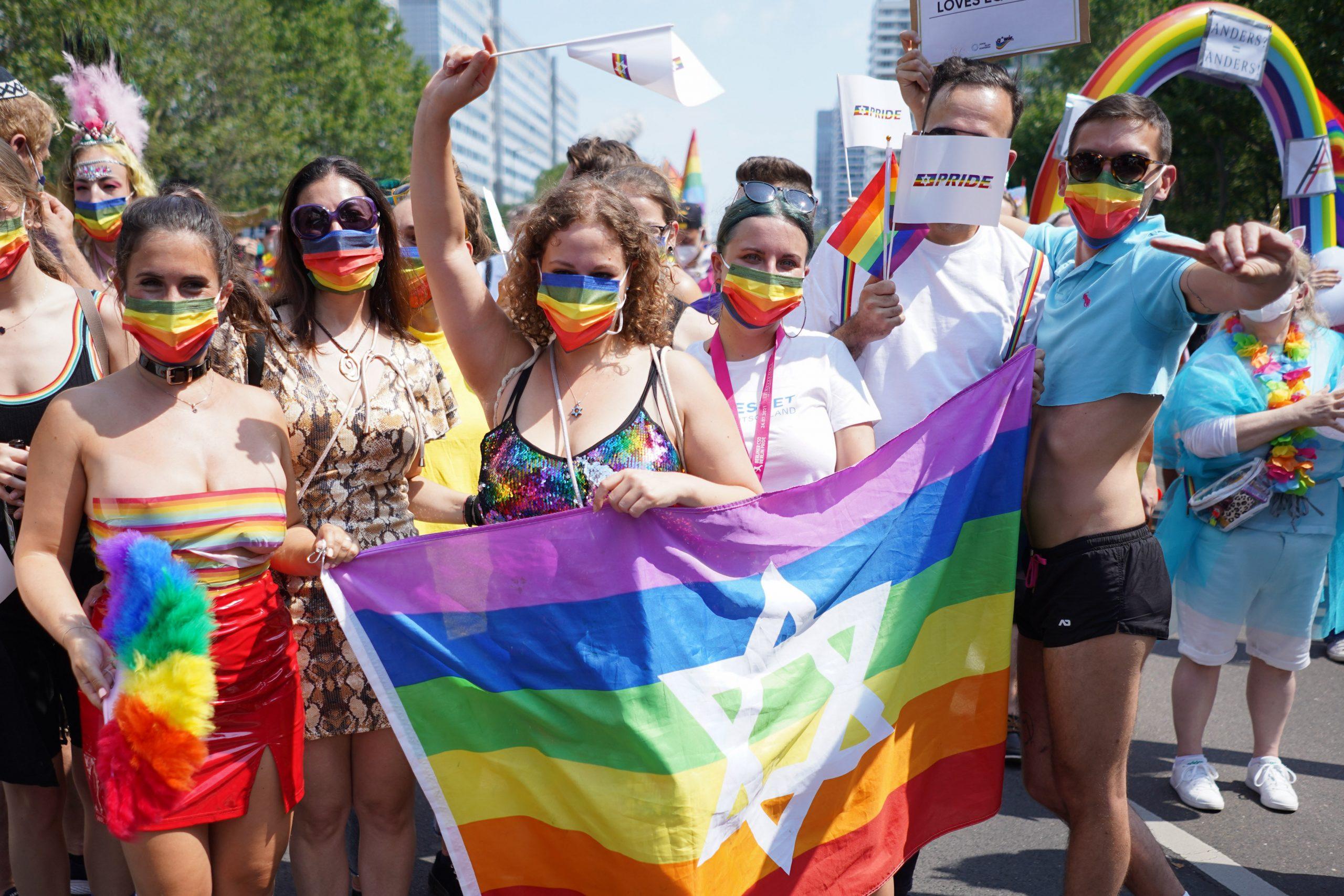 Mitglieder des Vereins Keshet nehmen an der Parade des Christopher Street Day (CSD) teil.