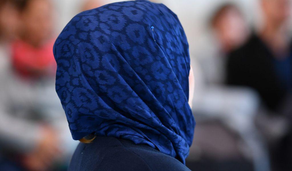 Frau mit Kopftuch von hinten