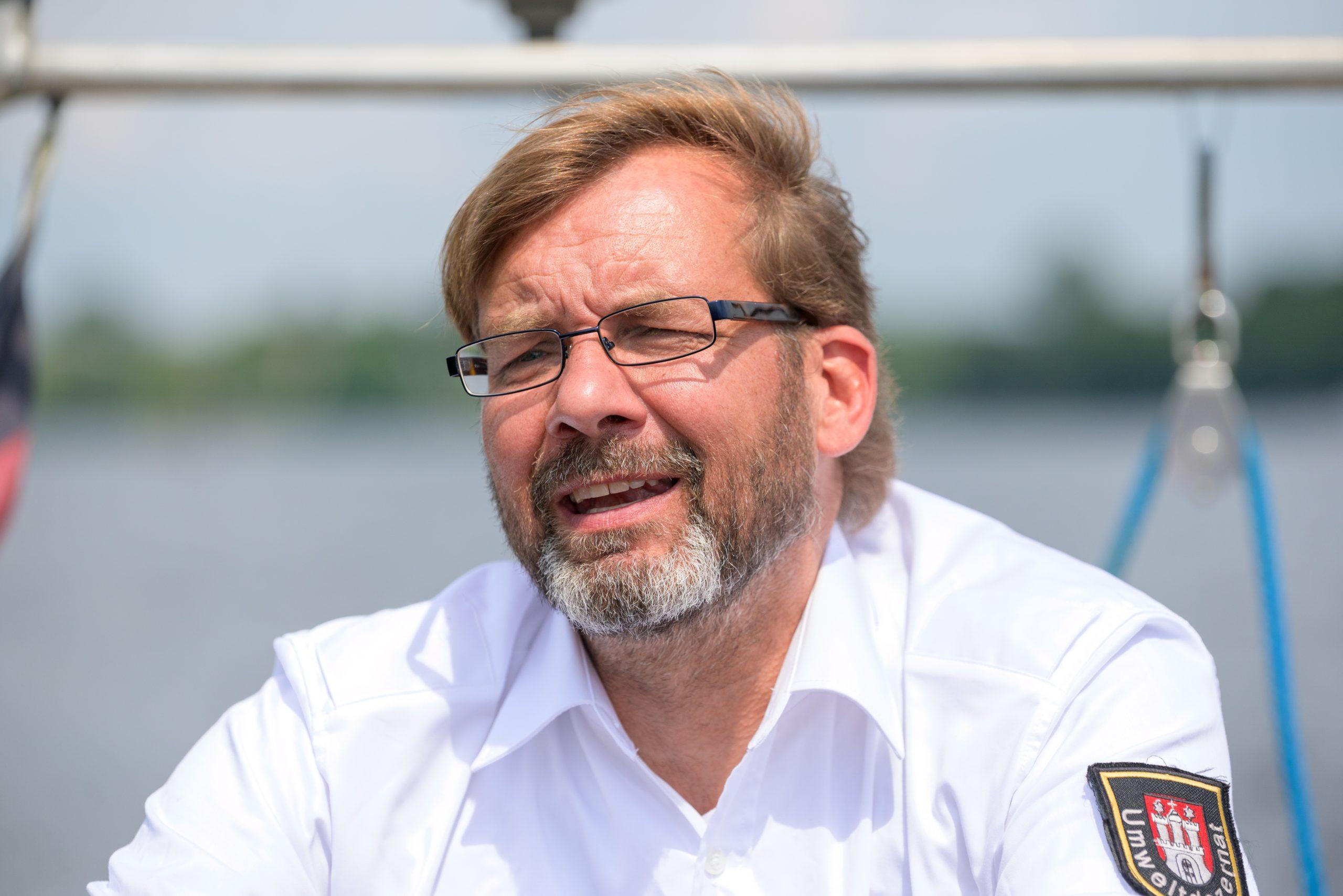 Hamburg: Schwanenvater Olaf Nießen mit seinem Boot auf der Außenalster.