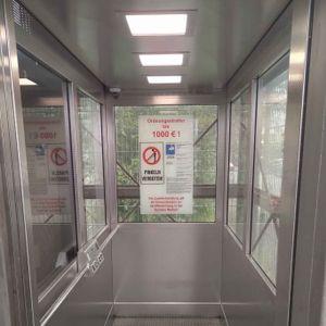 Das Warnschild in der Fahrstuhlkabine an der Gaardener Brücke in Kiel