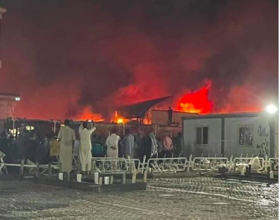 Menschen blicken auf das brennende Al-Hussein-Krankenhaus in Nasiriyya