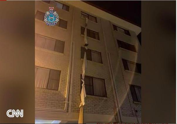 Ein Seil aus mehreren Bettlaken und -decken hängt aus dem Fenster des vierten Stockes eines Quarantäne-Hotels in Western Australia.