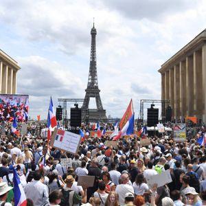 Demonstranten protestieren in Paris gegen die geplante Verschärfung der Corona-Regeln.
