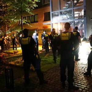Polizisten vor dem Gebäude am Kronsaalsweg, wo fast 70 Leute eine Swinger-Party feiern wollten.