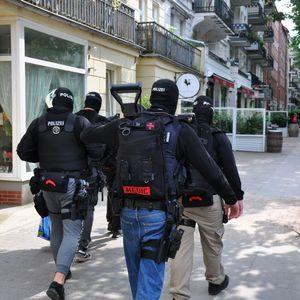 Gegen 16.30 Uhr stürmte die Spezialeinheit am Montagnachmittag eine Wohnung in der Lutterothstraße in Hamburg.
