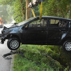 Die Fahrerin und ihre Beifahrerin landeten mit dem schwarzen Hyundai im Wassergraben.