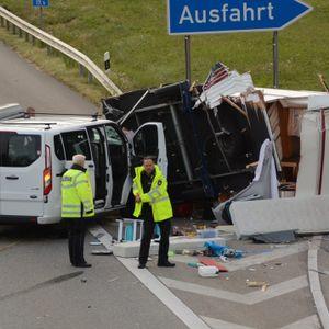 Polizeibeamte vor den Trümmerteilen der zwei am Unfall beteiligten Fahrzeuge.