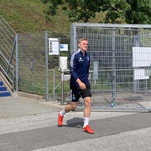 Dänen-Stürmer Mikkel Kaufmann auf seinem Weg zum ersten HSV-Training.