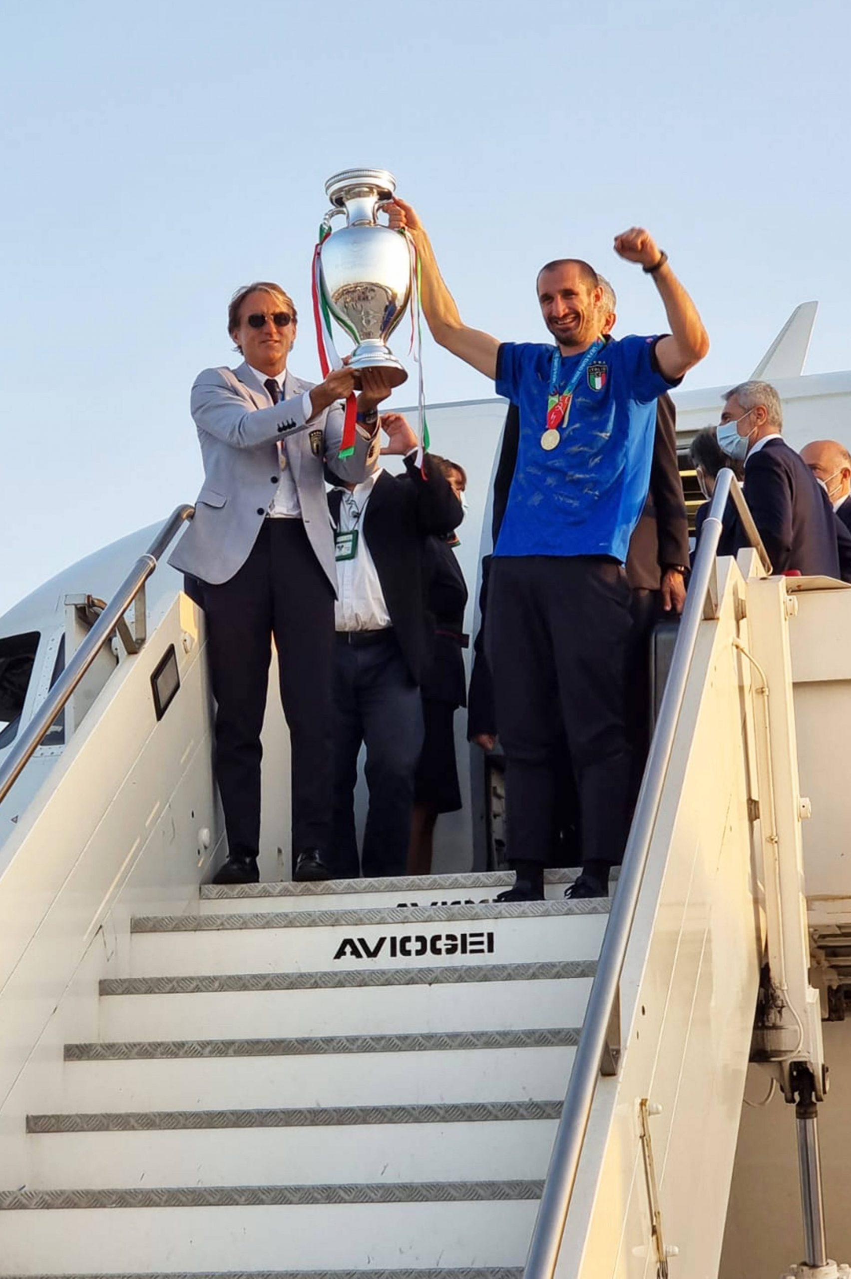 Kapitän Giorgio Chiellini präsentiert den Pokal