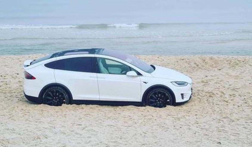 Tesla am Strand
