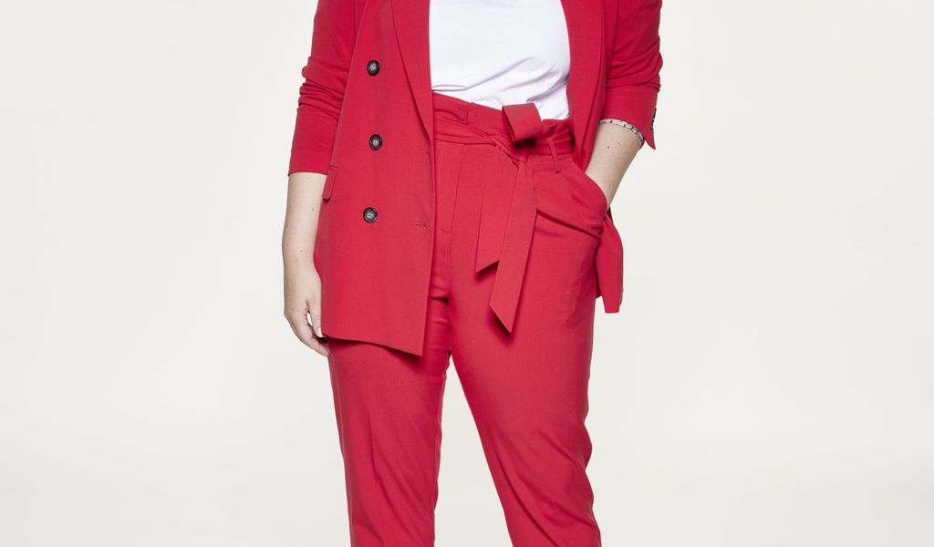 Angelina Kirsch im roten Anzug