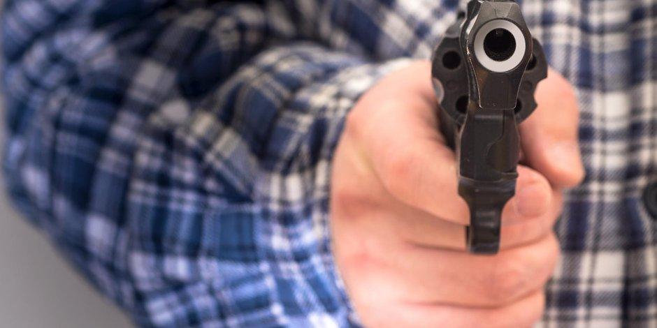 Mann zielt mit Pistole (Symbolfoto)