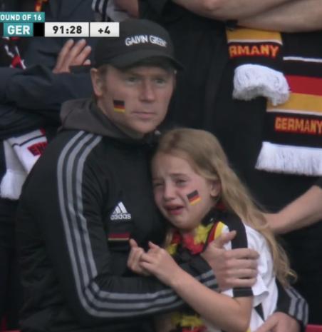 Trauriges DFB-Fan-Mädchen