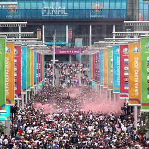 Fan-Massen strömen ins Wembley-Stadion