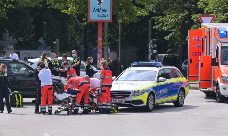 Rettungskräfte und ein Polizeiauto an der Unfallstelle am Neuen Pferdemarkt.