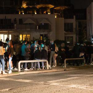 Am Mühlenkamp war am Freitagabend noch eine Menge los. Die Polizei beobachtete die Lage.