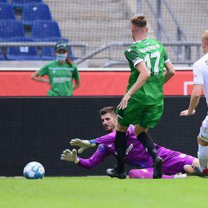 Nikola Vasilj im Testspiel gegen Hannover