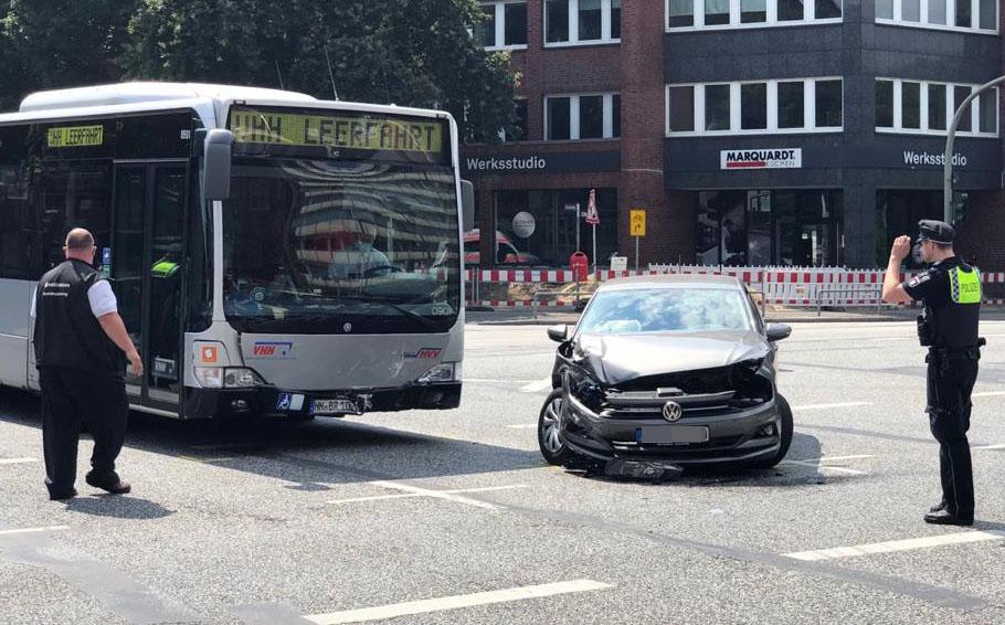 Die Unfallstelle an der Kreuzung Eiffestraße, Ecke Grevenweg: Die Insassen des VW wurden bei dem Crash verletzt.