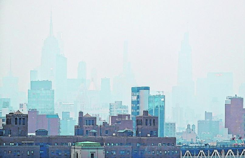 Dunst hängt aufgrund der Waldbrände an der Westküste über den Wolkenkratzern von New York