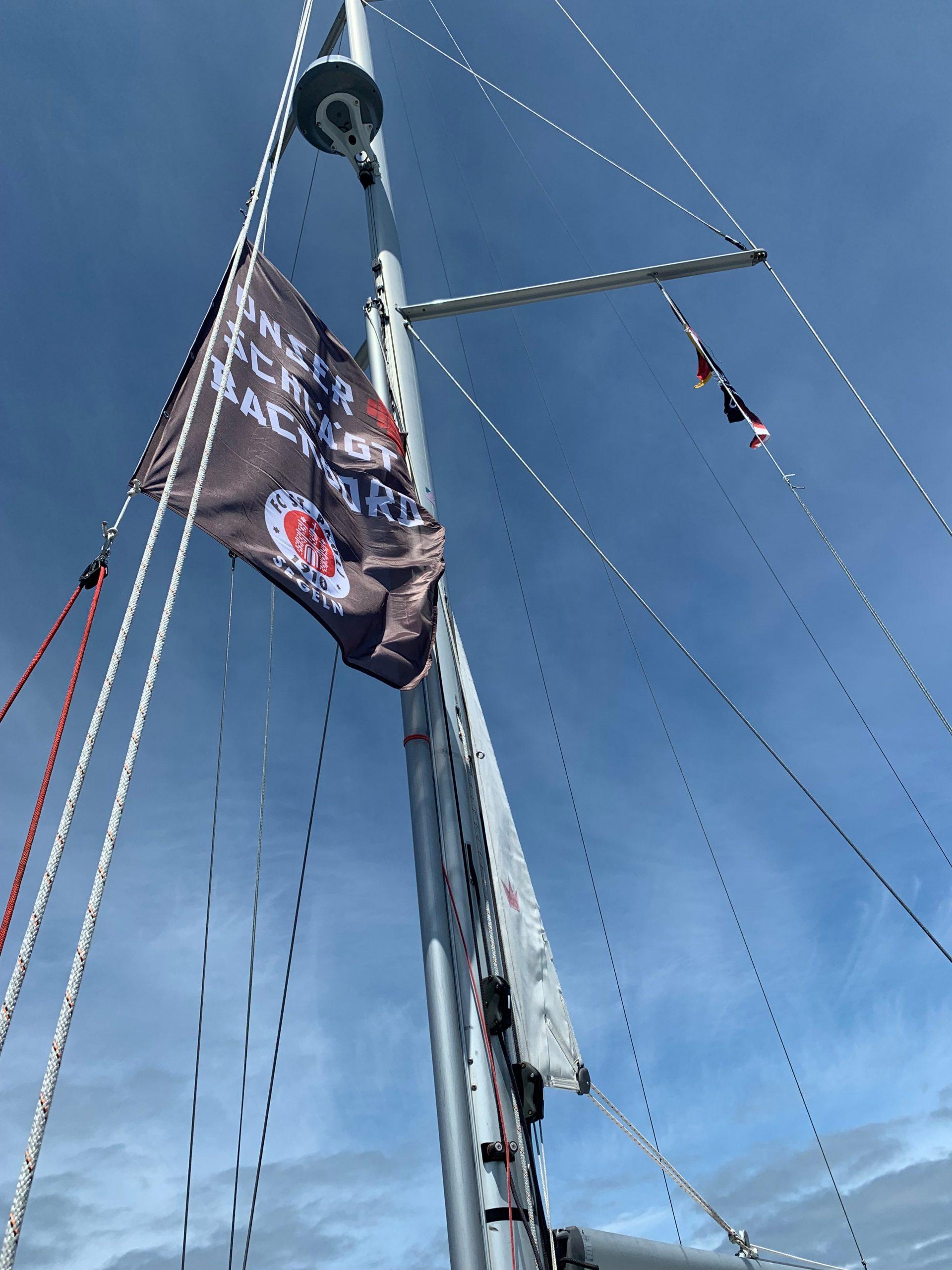 Unter FC St. Pauli Flagge stach die Yacht in Frankreich ins Meer bis zum Zielhafen in Spanien.