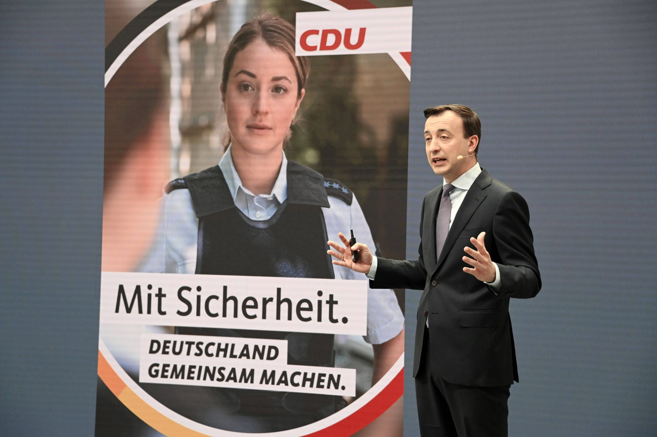 Wahlplakate mit Fake-Polizistin: Das sagt Hamburgs CDU | MOPO