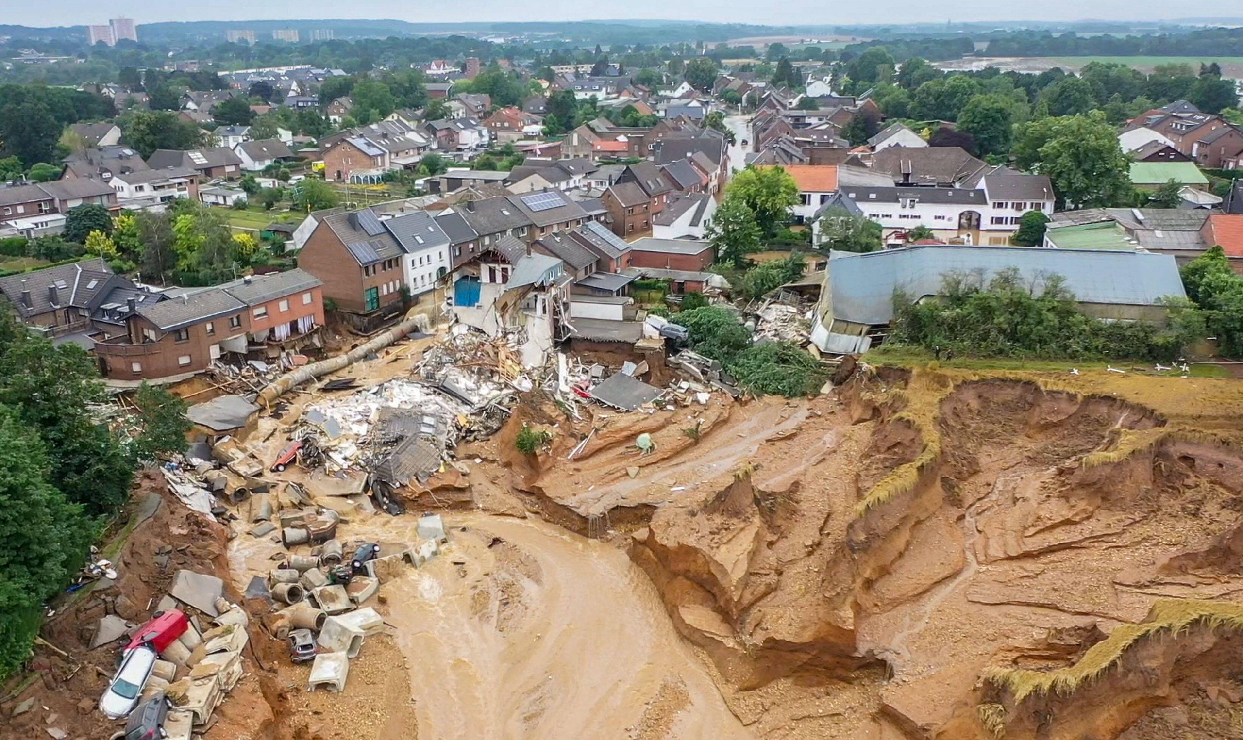 Die Flut hat einen massiven Erdrutsch im Stadtteil Blessem in Erftstadt verursacht.