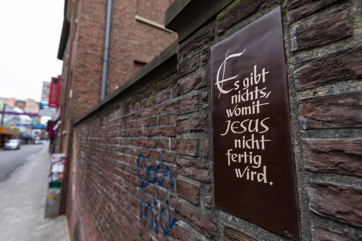 Satz an Kirchenwand