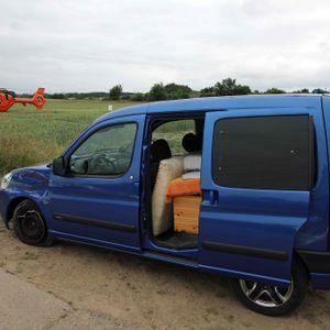 Helfer fanden den Unfallverursacher in seinem demolierten Auto nahe der Autobahnabfahrt Rostock-Südstadt.
