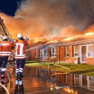 Feuerwehrkräfte bekämpfen die Flammen, die innerhalb der Kita wüten.