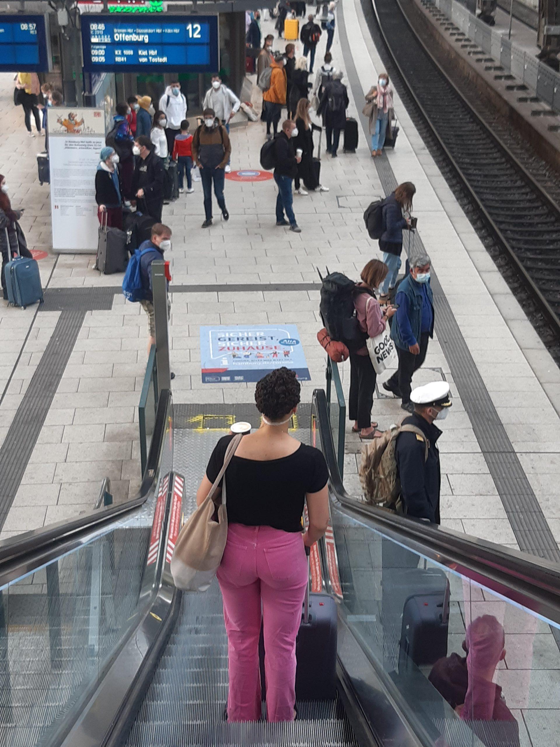 Beim Rundgang am Montagmorgen am Hauptbahnhof trugen so gut wie alle wartenden Fahrgäste eine Maske korrekt.