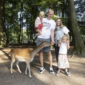 Spaß im Wildpark Schwarze Berge: Seth und Andrea Hinrichs mit den Kindern Collins (5), Maven (2) und Baby Reese (im Mai geboren)