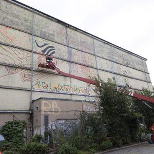 Hamburger Künstler bringt Farbe auf Altonas Energiebunker in der Schomburgstrasse.