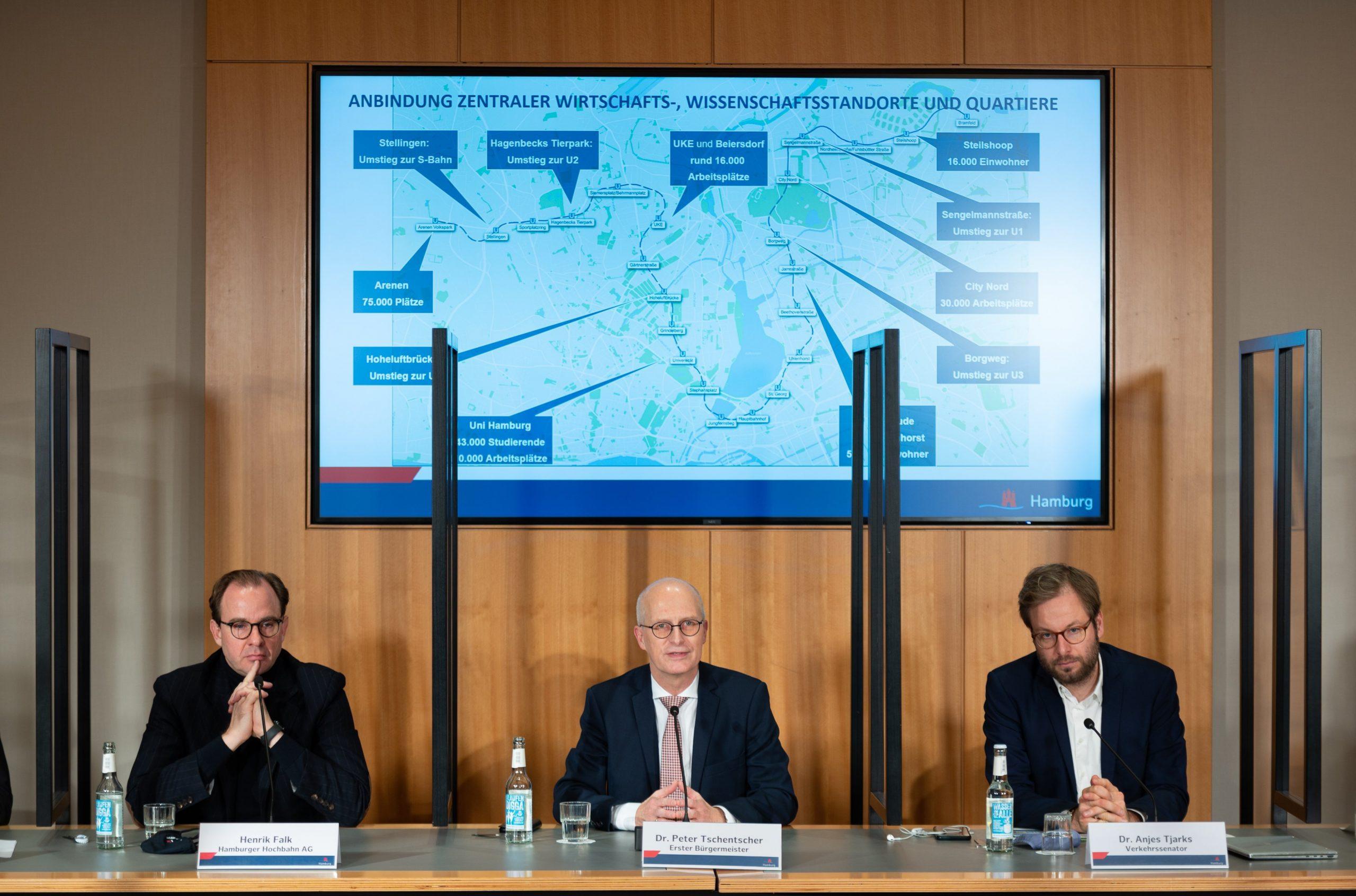 Henrik Falk (Hochbahn), Peter Tschentscher (SPD) und Anjes Tjarks (Grüne) bei der Vorstellung der Streckenführung der geplanten U5