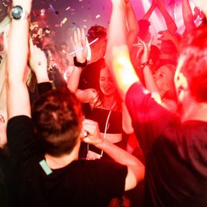 Geimpfte dürfen ab Samstag sogar wieder in Hamburgs Clubs feiern - dann aber mit Maske.