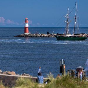 Segelboote fahren aus einem kleinen Ostseehafen