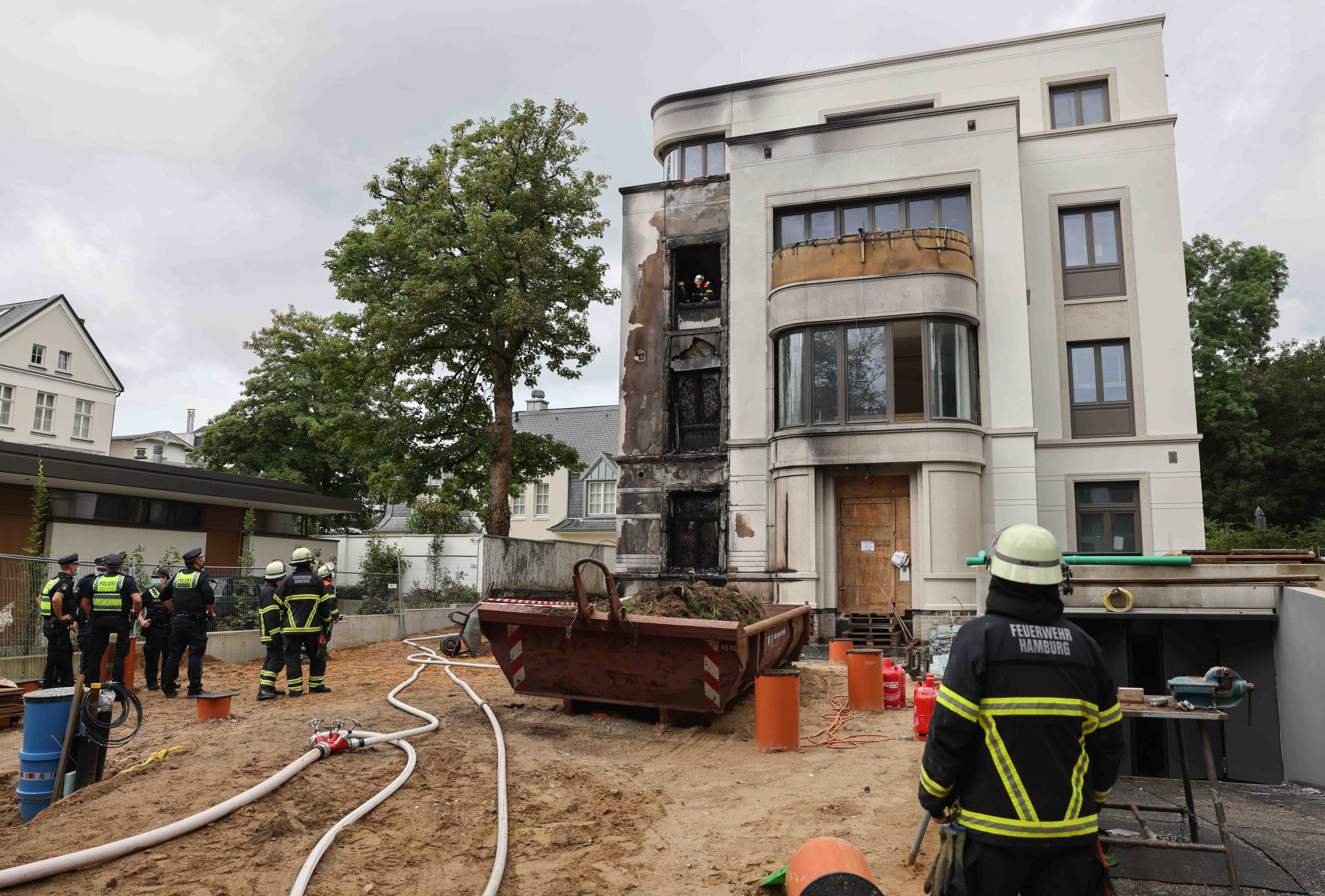 Einsatzkräfte der Feuerwehr bei einem Haus in Rotherbaum, das am Dienstag brannte.