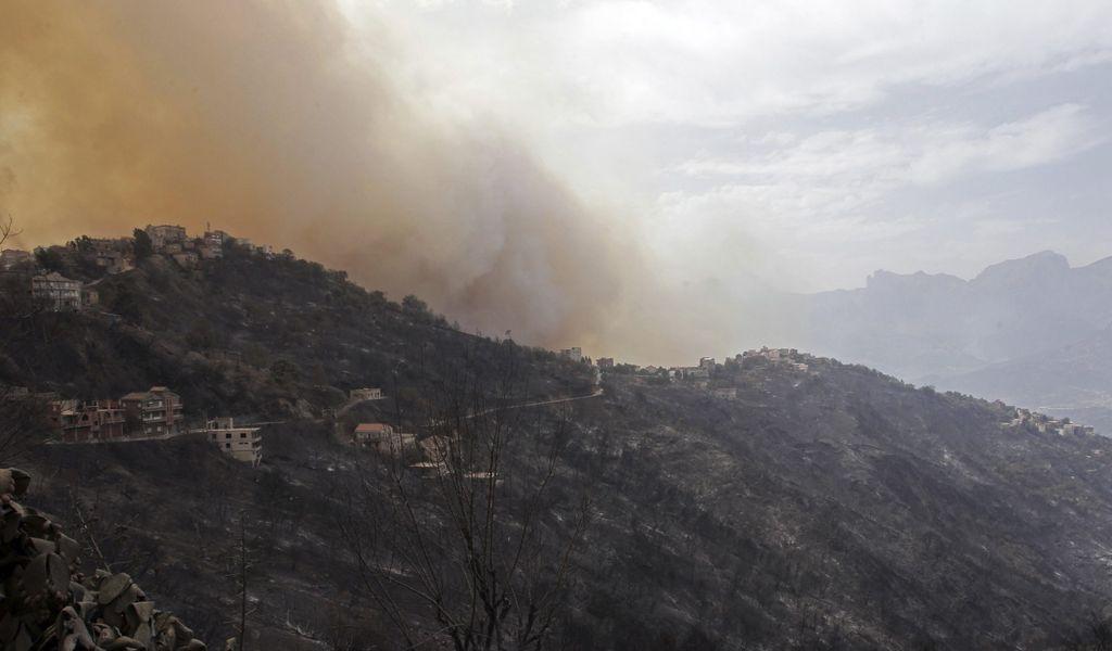 Rauch steigt neben einem Dorf in der Nähe von Tizi Ouzou, etwa 100 km östlich von Algier, auf.